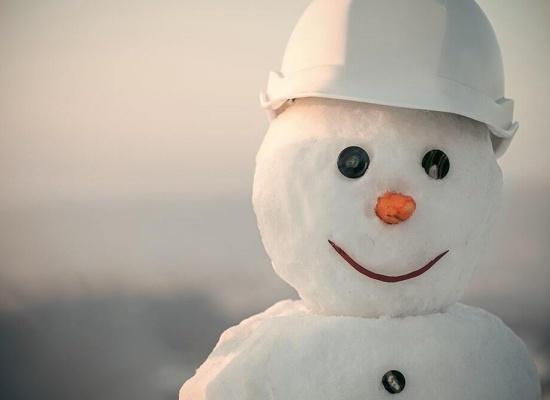 Bonhomme de neige sur un chantier